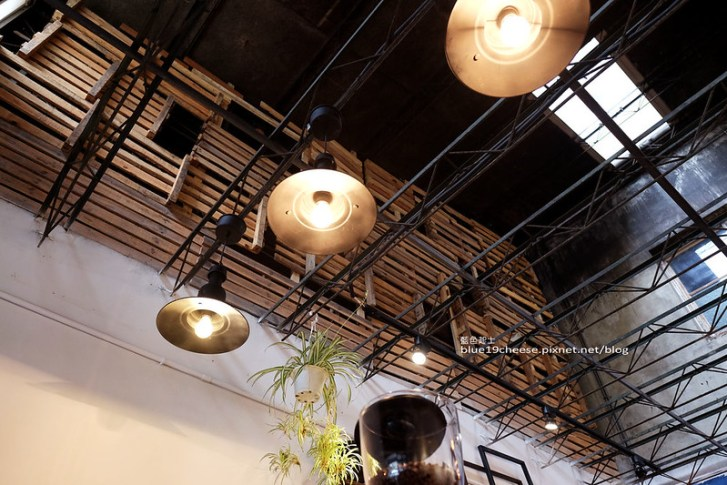28940243924 c0155460bd c - 民生咖啡People&Life.Cafe-復古氛圍老屋咖啡館.加入許多老傢私元素.展區牆.餅乾吐司咖啡香.近向上國中