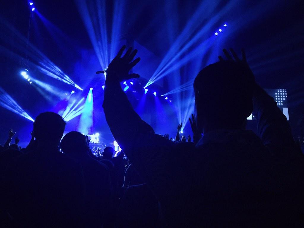 Imagen gratis de gente disfrutando en un concierto
