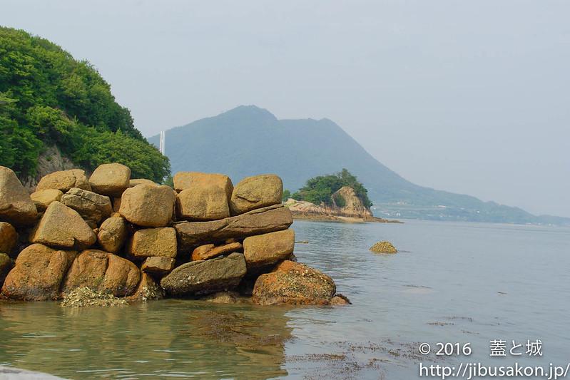 海上に浮かぶ石垣