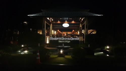 หน้ารีสอร์ต Horizon Karon Beach Resort and Spa ตอนกลางคืน