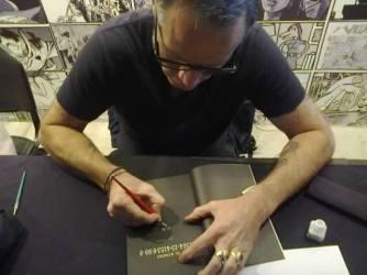 Ott firma el libro (foto de Hernan Gonzalez)
