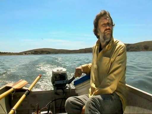 Slavoj Zizek en Bodega Bay (San Francisco) haciendo el mismo recorrido que Melanie en Los pájaros (Hitchcock, 1963)