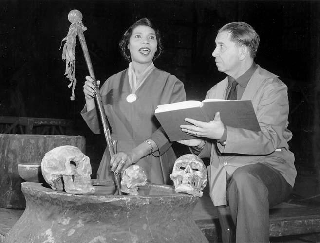 Marian Anderson y Herbert Graf (el pequeño Hans) durante el ensayo de la ópera Una baile de máscaras de G. Verdi en 1954