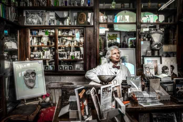 chemist pharmacy singer man 419585
