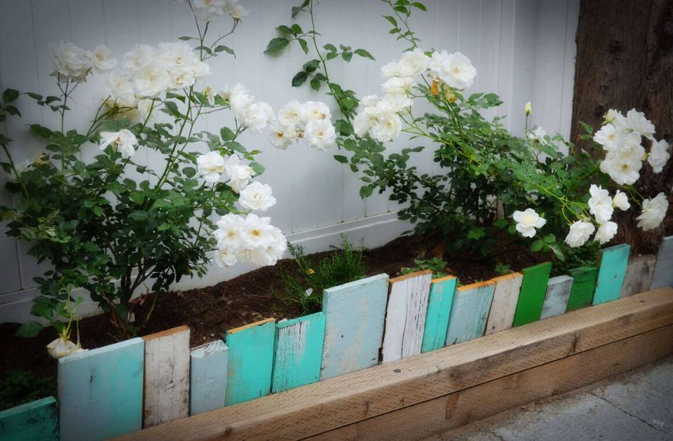 DIY Lawn Edging Ideas For Beautiful Landscaping: Eclectic Wood Panel Short Fence