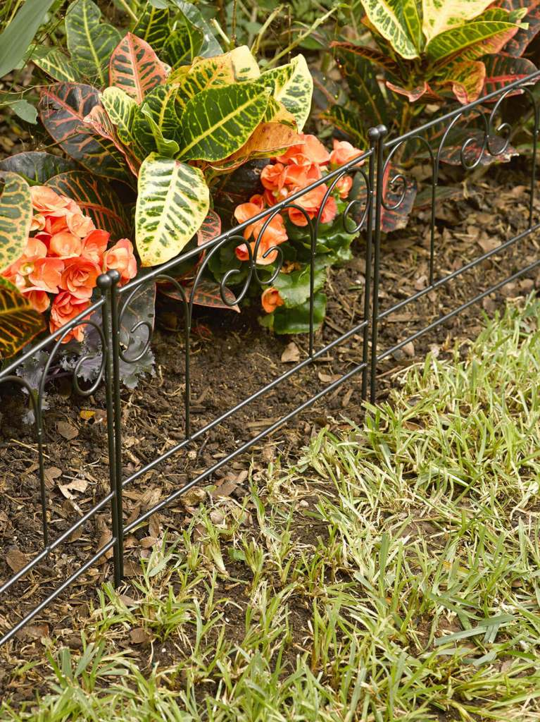 DIY Lawn Edging Ideas For Beautiful Landscaping: Simple Decorative Black Wire Fence