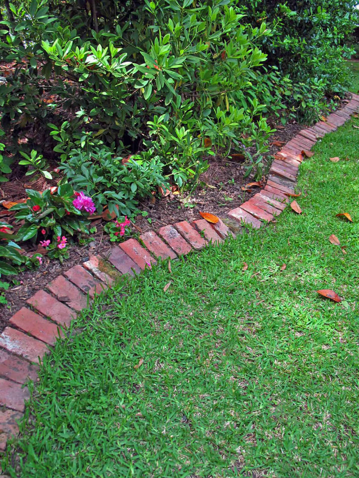 DIY Lawn Edging Ideas For Beautiful Landscaping: Classic Red Brick Lawn Edge