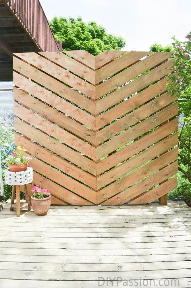 "DIY Outdoor Furniture Projects: ""Green Screen"" DIY Outdoor Pallet Divide"