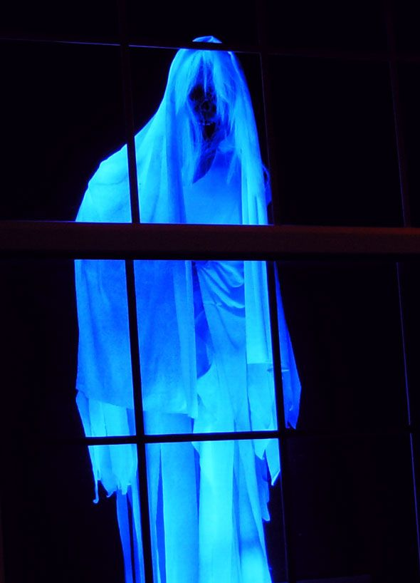 Eerie Glowing Ghost Halloween Décor | DIY Halloween Window Decoration Ideas