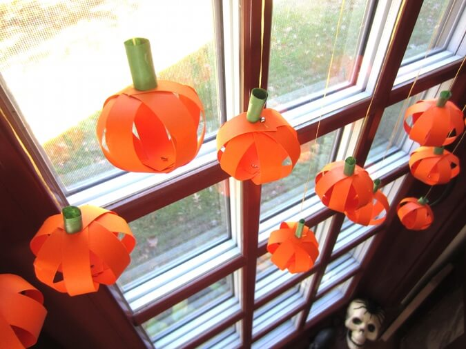 Miniature Pumpkins | DIY Halloween Window Decoration Ideas