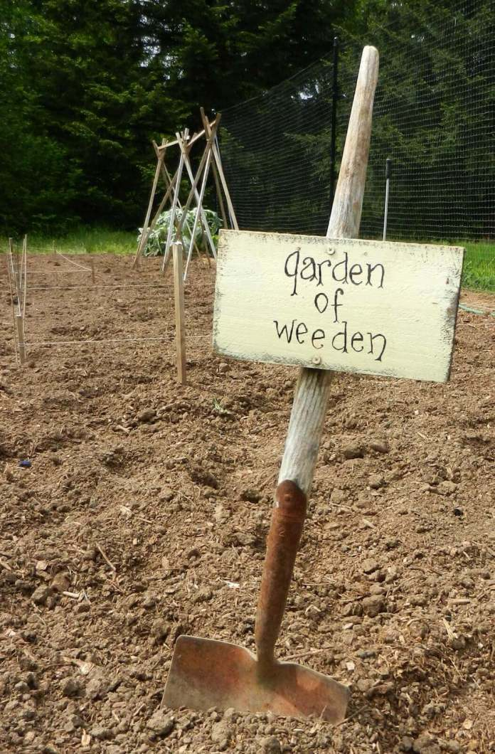 Quirky Sign on a Reused Shovel | Funny DIY Garden Sign Ideas