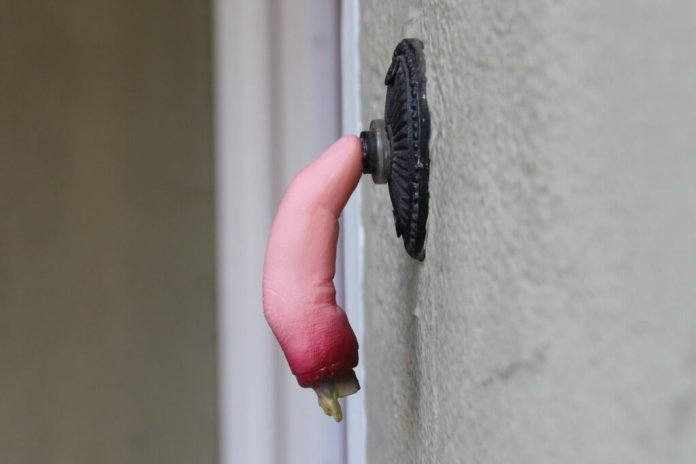 Halloween Door Decoration Ideas: Stuck Finger Halloween Doorbell