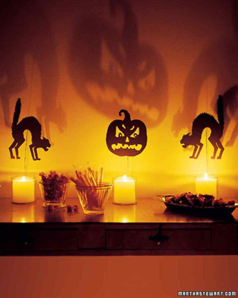 Silhouettes Throw Off Spooky Fun | DIY Indoor Halloween Decorating Ideas