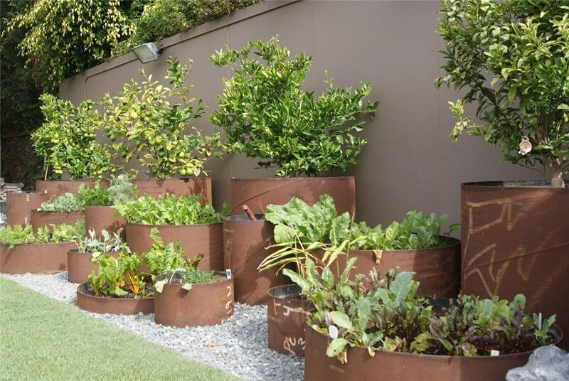 Garden bed fromsteel pipe | Cool Round Garden Bed Ideas For Landscape Design - FarmFoodFamily.com #raisedgarden #raisedgardenbed #gardenbed