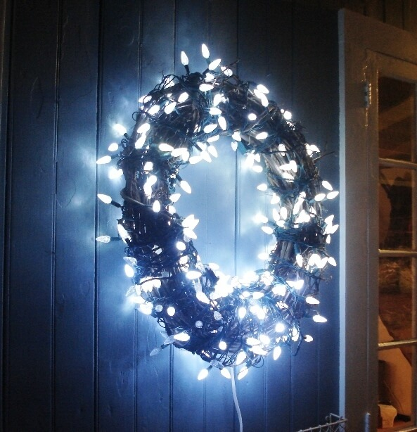 Wreath with lights | Christmas Door and Window Lighting Decorating Ideas