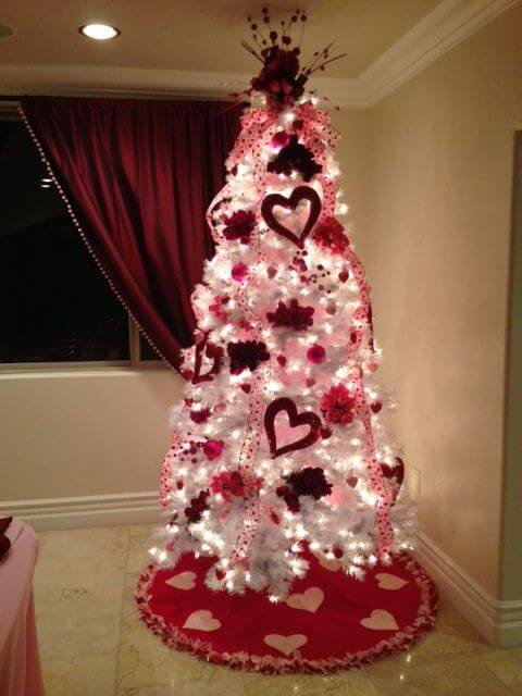 Valentines Day tree | Valentine's Day Decorating Ideas For Your Lovers | FarmFoodFamily.com