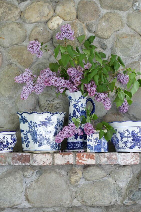 Home Decorating Ideas With Flowers: Purple garden lilacs in blue chinoiserie vases