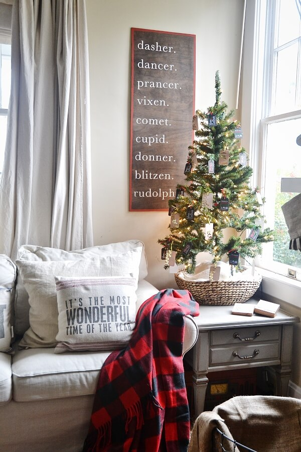 36 creative christmas wall decor ideas projects for 2019 - How to decorate a small living room for christmas ...