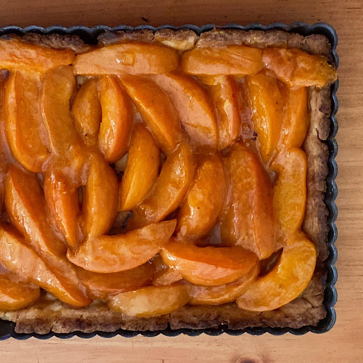Shortbread tart with fresh apricots and apricot jam