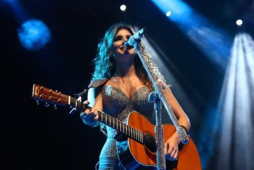 Paula Fernandes Aula De Violão: Paula Fernandes é Mais Que Um Violão : Farofafá