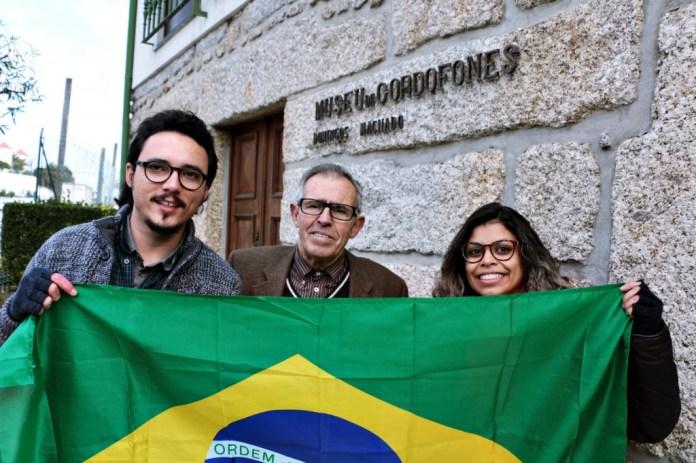 Dewis Caldas e Aline Camargo Caldas ao lado de Domingos Machado (centro) - Fotos: Dewis Caldas