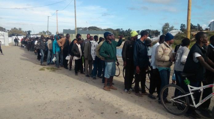 Refugiados fazem fila para receber doações, que chegam dediversos lugares, uma pratica comum no cotidiano da Nova Floresta