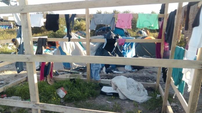 As roupas secam ao céu de Calais, flutuando em algum ponto não-equidistante do espaço-tempo entre os refugiados do mundo e os sem-terra e sem-teto dos brasis