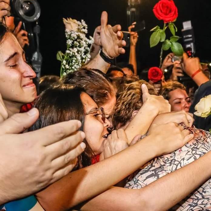 """Mulheres envolvem Dilma Vana em abraço """"todas juntas somos fortes"""""""
