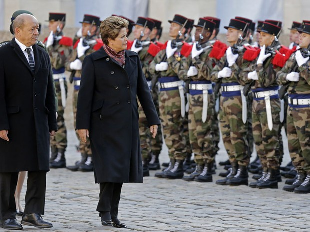 A brasileira Dilma Vana Rousseff passa em revista as tropas francesas