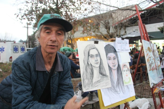 O artista de rua uruguaio Daniel Pratto pode apreciar, à distância, os espetáculos