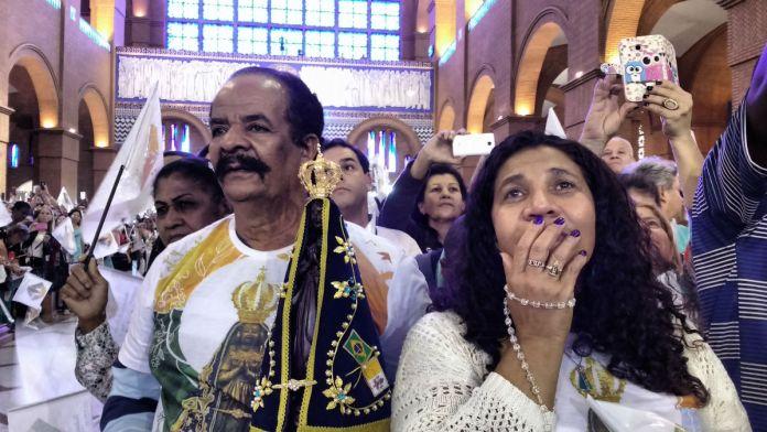 Edna Santos e Manoel Medina se revezam para não perder o local dentro da Basílica de Aparecida - Fotos: Eduardo Nunomura