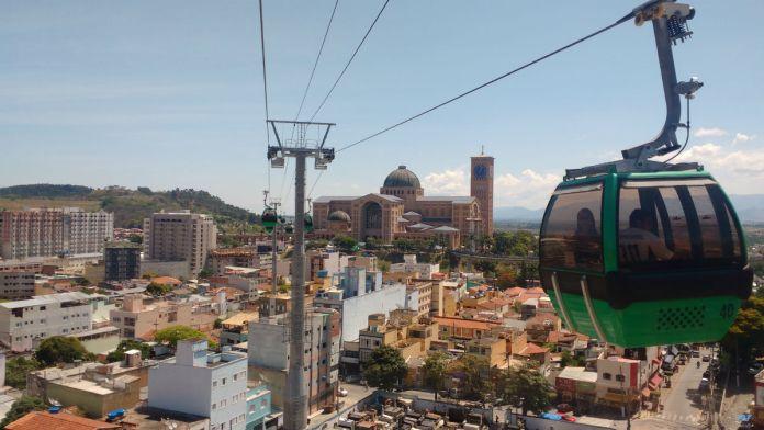 Bondinho aéreo leva o fiel até o Morro do Cruzeiro