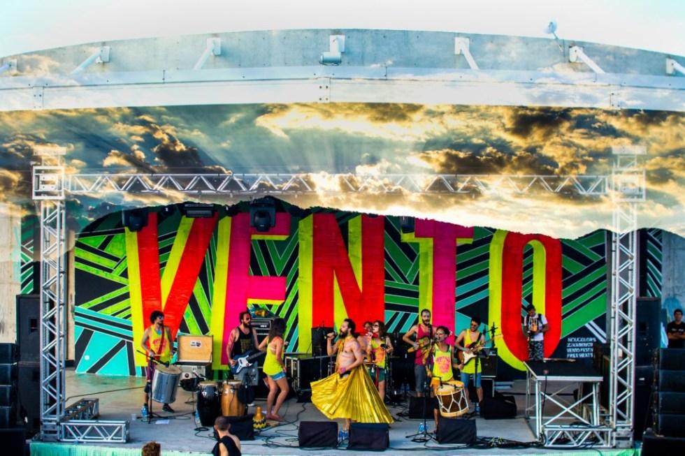 O bloco-banda Tarado ni Você, fundado no repertório de Caetano Veloso, se apresenta no anfiteatro ao ar livre ocupado pela Oca - Foto divulgação