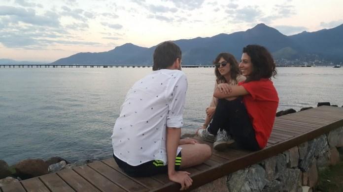 Anna Penteado e Tatiana Sobral falam sobre o Vento na orla sem-praia de São Sebastião.