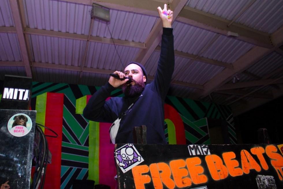 O DJ e curador da Oca Mauro Farina está em casa em São Sebastião