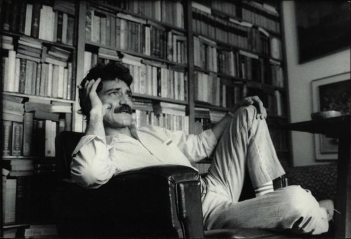 Belchior entre livros, em São Paulo, em 1986 - foto Homero Sergio/divulgação