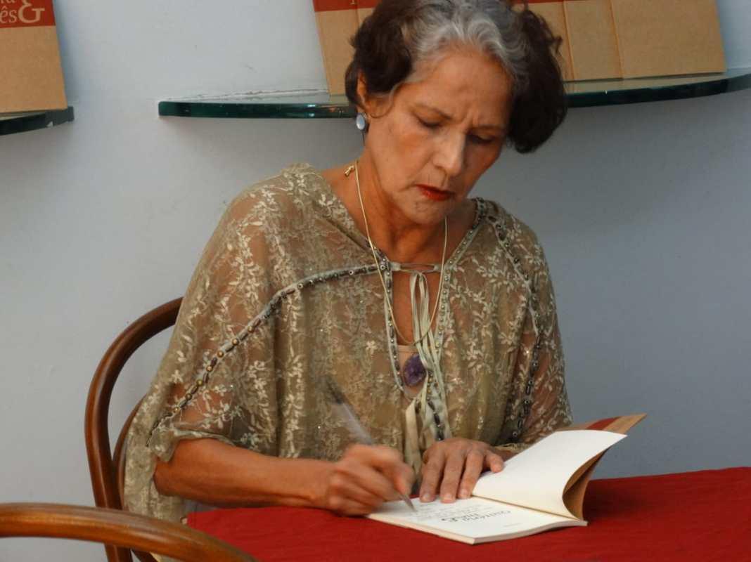 Júlia Emília em sessão de autógrafos de