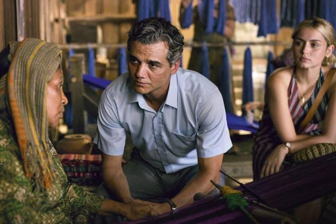 Wagner Moura e Ana de Armas na citada cena com a tecelã. Netflix/ Reprodução