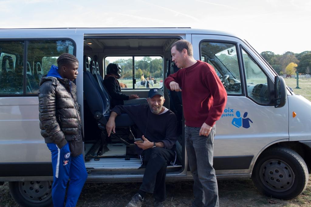 Bryan Mialoundama (Dylan), Vincent Cassel (Bruno) e Reda Kateb (Malik), com Marco Locatelli (Valentin) ao fundo, dentro da van. Foto: Carole Bethuel. Divulgação. Califórnia Filmes