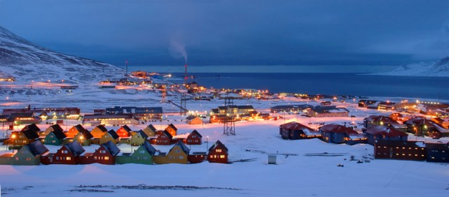 Winter midnight in Longyearbyen (cruise-handbook.npolar.no)