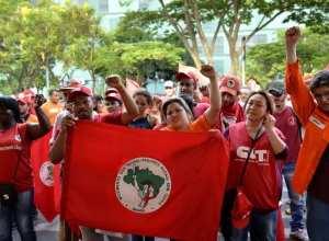 Brasília - Integrantes do Movimentos dos Trabalhadores Rurais Sem Terra protestam em frente ao ministério de Minas e Energia (José Cruz/Agência Brasil)