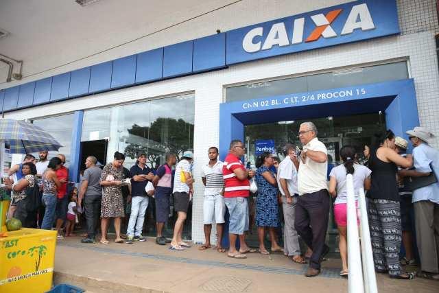 Brasília - Pessoas enfrentam filas para sacar benefícios sociais (Antonio Cruz/Agência Brasil)