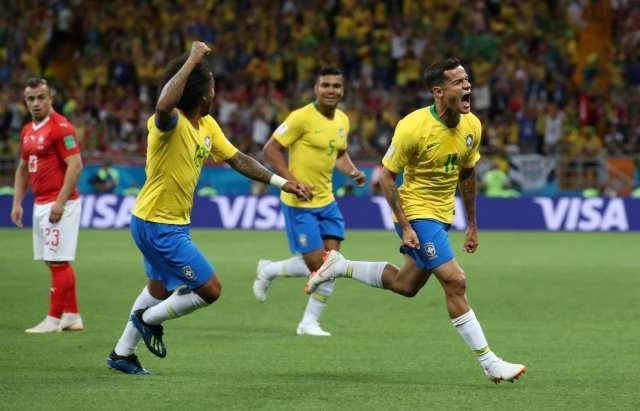 Philippe Coutinho comemora primeiro gol ao lado do lateral Marcelo (REUTERS/Marko Djurica)