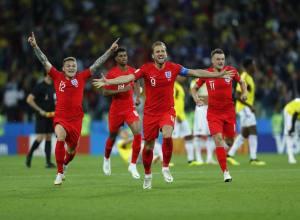 Seleção inglesa comemora classificação ao vencer a Colômbia