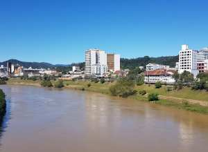 Paisagem do Rio Itajaí-Açu, em Blumenau - foto de Filipe Rosenbrock