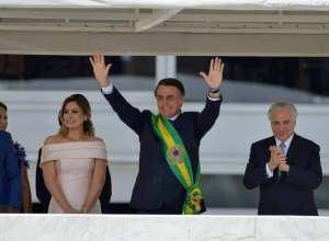 Presidente Jair Bolsonaro saúda o povo depois de receber a faixa presidencial (Marcelo Camargo/Agência Brasil)