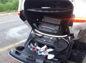 Jaguar que bateu e capotou tinha garrafas de bebidas em seu interior - foto das rede sociais