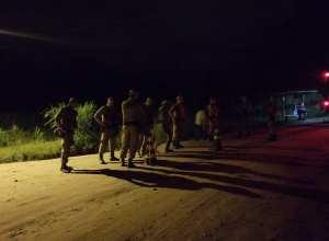 Policiais em bloqueio em uma estrada do interior da região Norte