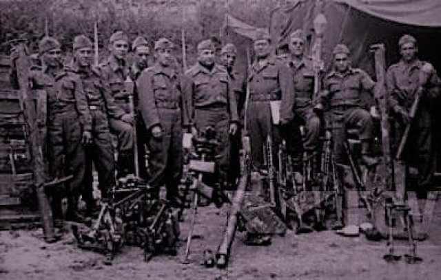 ARMAS CAPTURADAS – Primeiro comandante do 32° Batalhão de Caçadores, Tenente Coronel Floriano de Lima Brayner e outros integrantes da FEB com armas capturadas de soldados alemães em Monte Castelo, Itália. Abril de 1945 - foto da FGV.