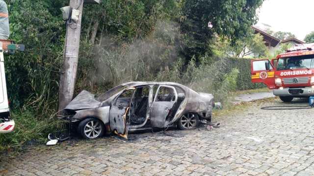 Veículo foi destruído pelas chamas após colisão - CBMSC